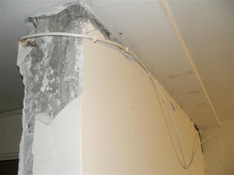 Wohnzimmerdecke nach Erdbeben